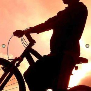 Tijdelijke grafdoek met een mountainbiker in de avondschemering. HB-grafdoeken onderdeel van HB-Creations uit Tilburg (Reeshof)